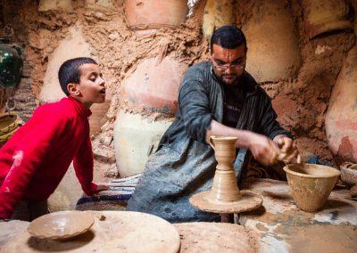 Creando objetos de barro en Túnez